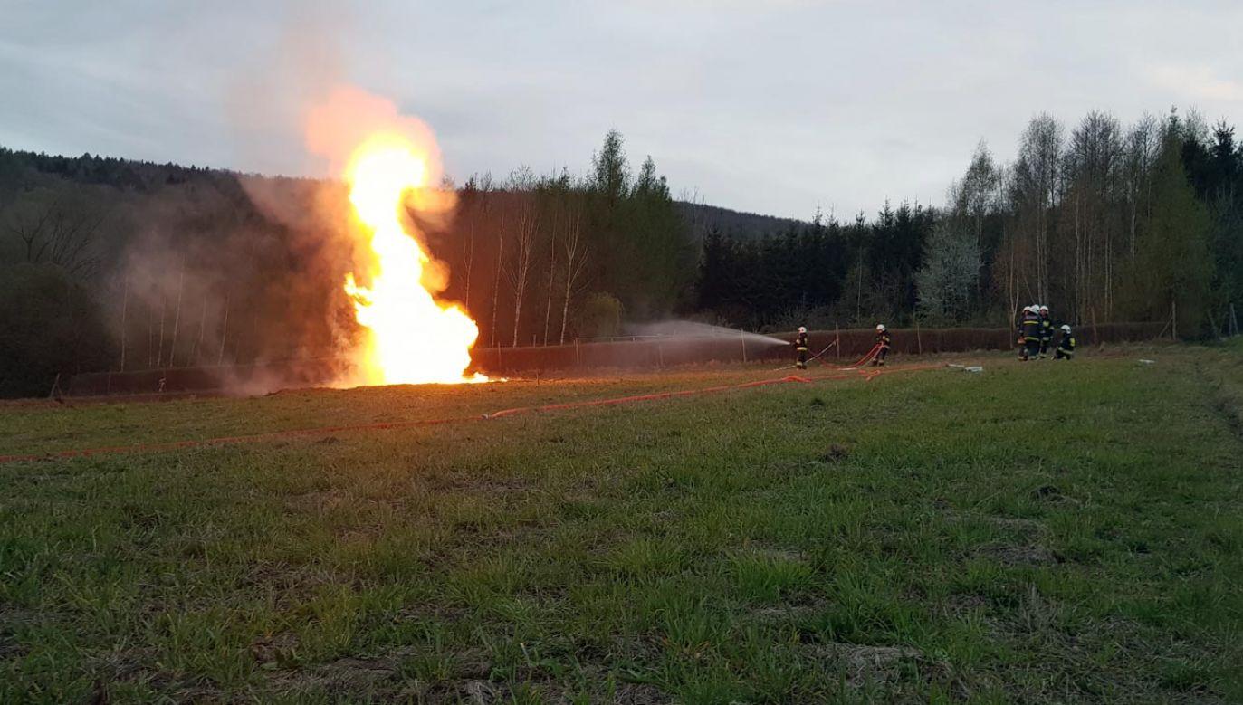 Ropa na polu w Sękowej (fot. Komenda Powiatowa PSP w Gorlicach)