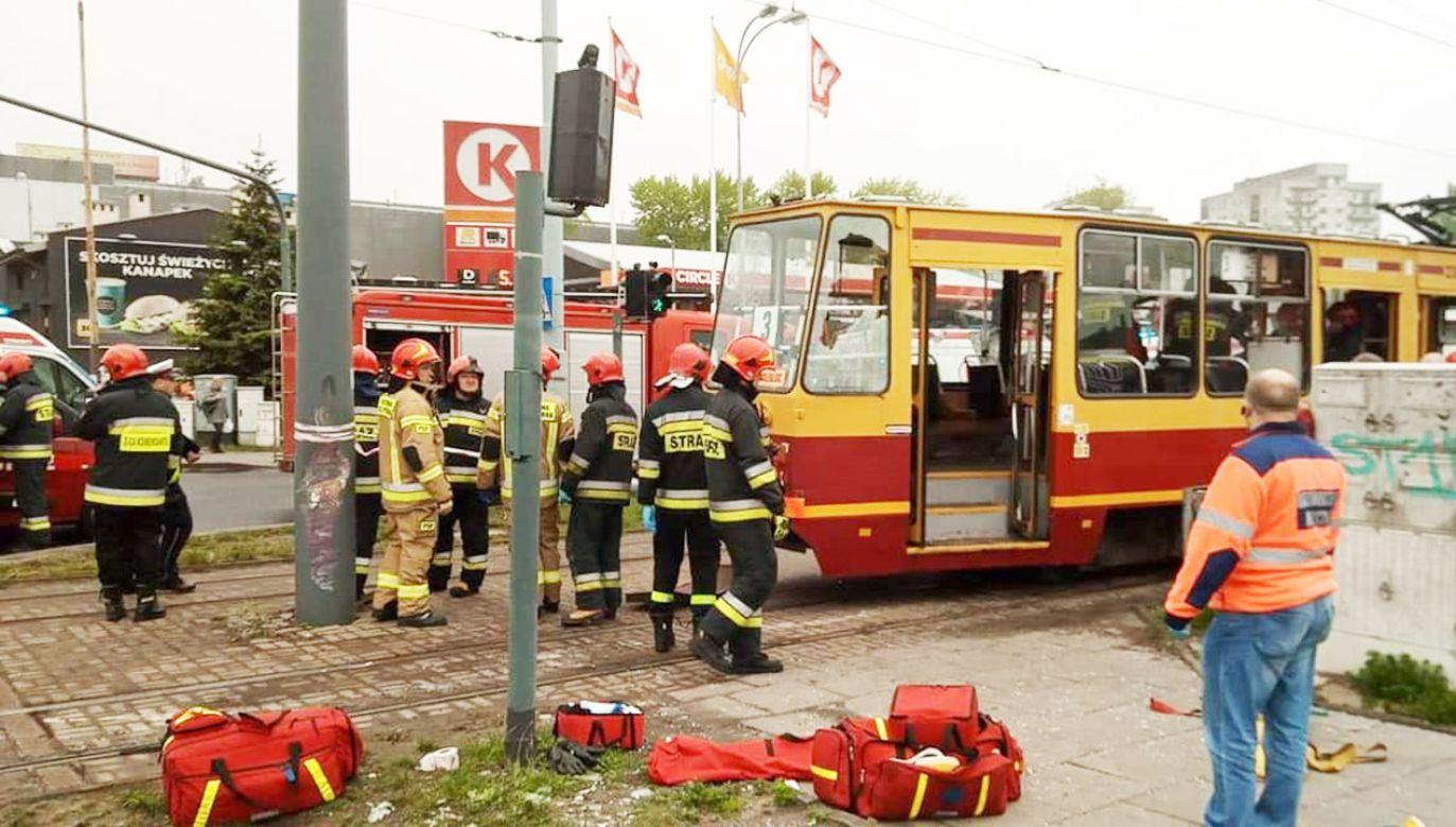 Pojazd wypadł z szyn, a następnie uderzył w słup trakcyjny (fot. FB/Komenda Miejska Państwowej Straży Pożarnej w Łodzi)
