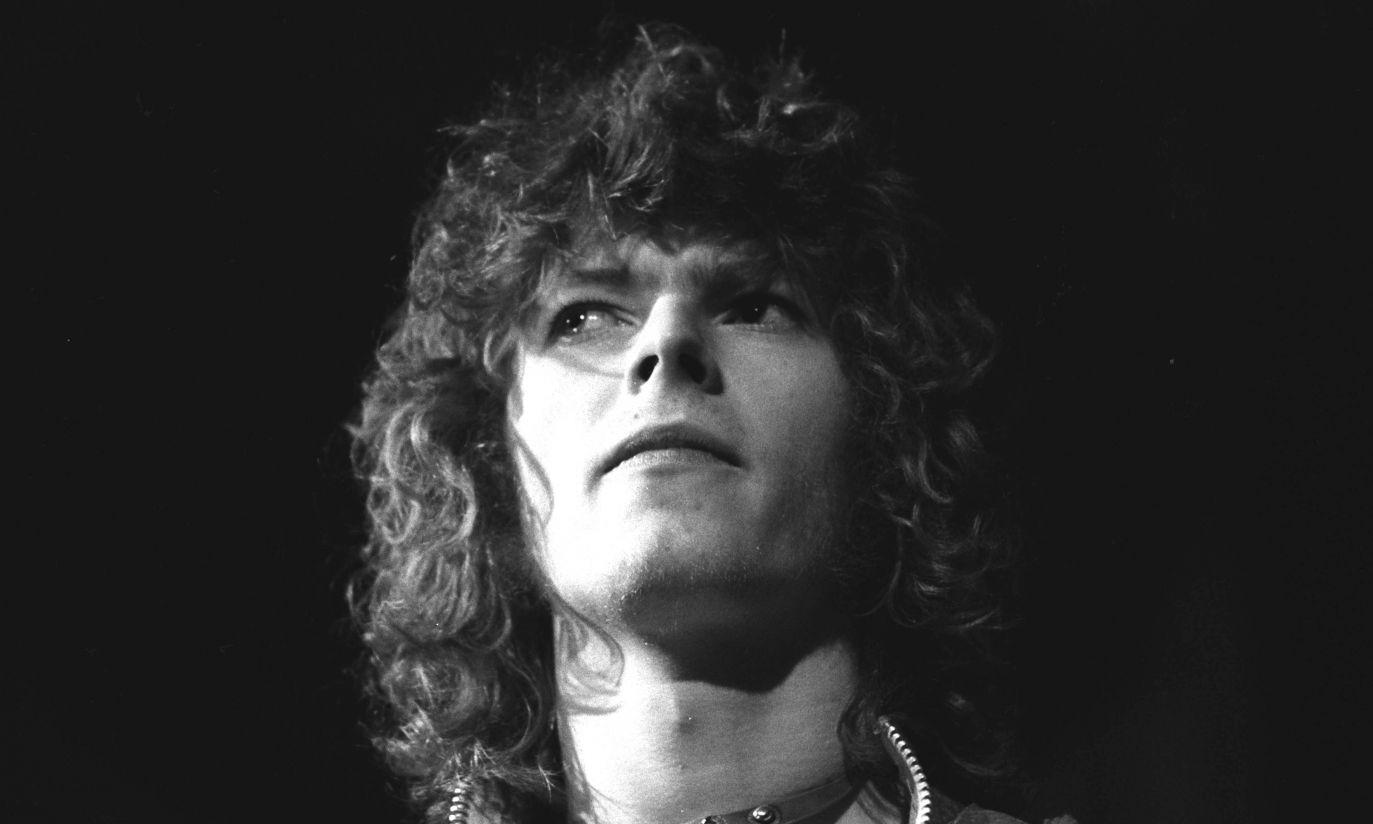 Uważne spojrzenie i burza loków – muzyk w 1970 r. (fot. arch. PAP/Photoshot)