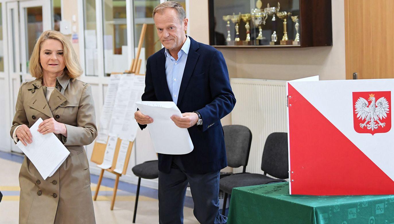 Przewodniczący Rady Europejskiej Donald Tusk z żoną Małgorzatą głosują w lokalu wyborczym w Sopocie (fot. PAP/Adam Warżawa)