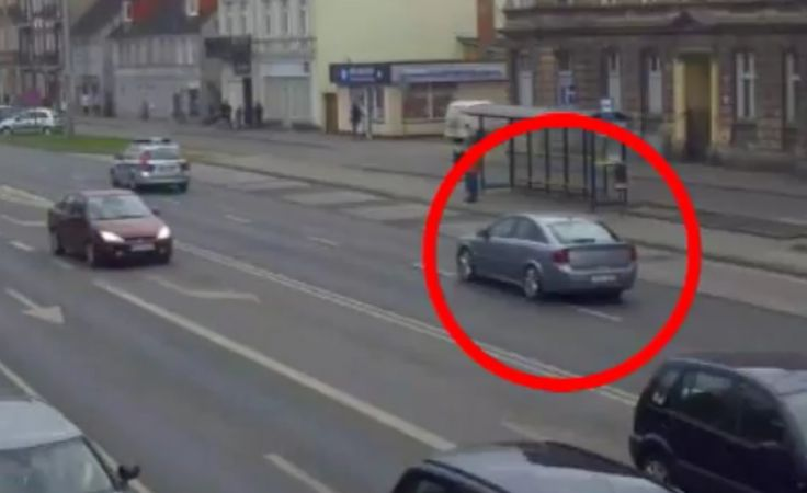 Policjant z bydgoskiej drogówki eskortował rodzinę na porodówkę (mat. miejski monitoring)