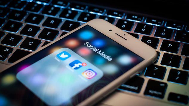 Znaczna część społeczeństwa twierdzi, że portale społecznościowe przekazują wiadomości lepiej niż np. obrona cywilna (fot. Jaap Arriens/NurPhoto via Getty Images)