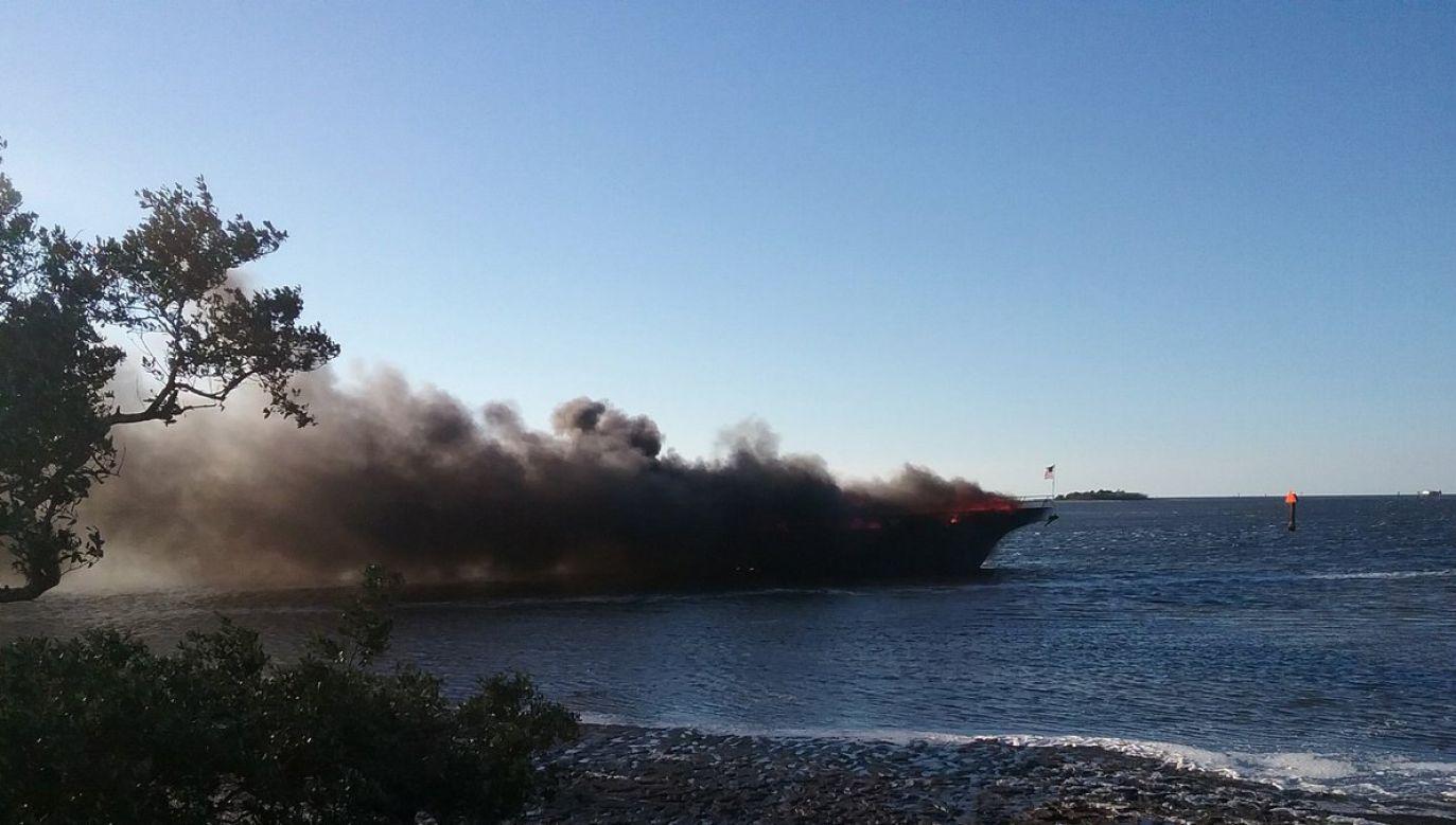 Prom zapalił się blisko brzegu (fot. Twitter/ @NPRPD)
