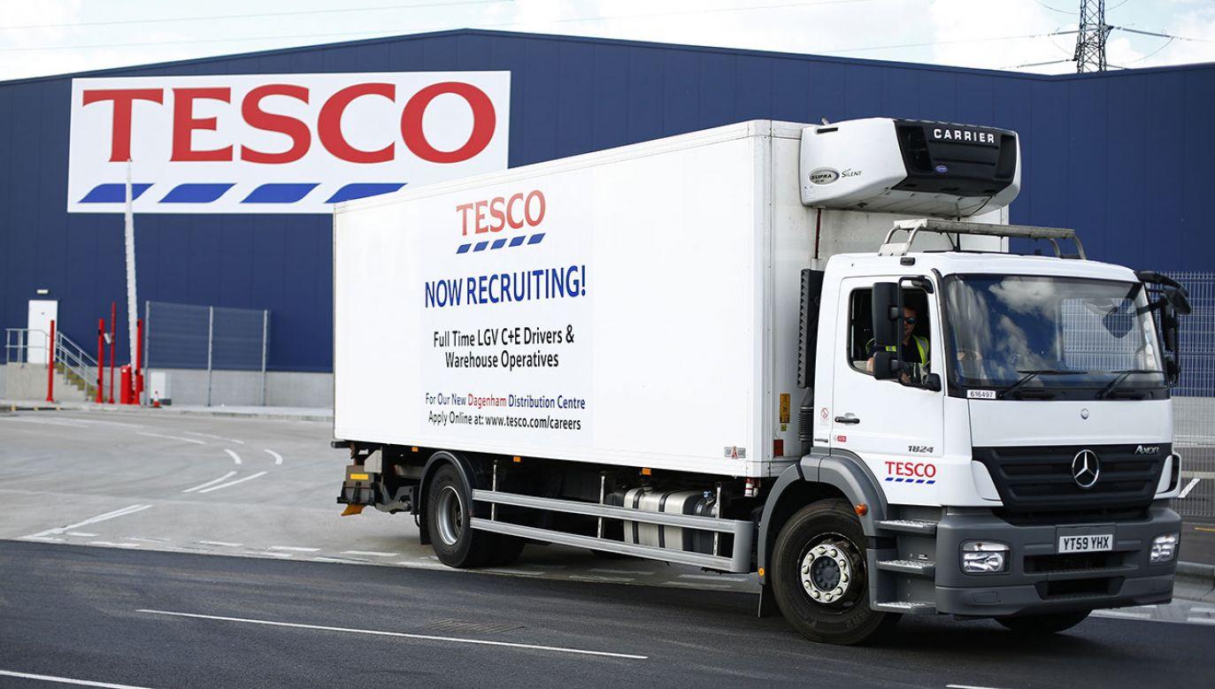 Prezes Tesco Dave Lewis ujawnił, że przeprowadzono serię rozmów z dostawcami i zwiększono zamówienia na produkty o długim okresie przydatności do spożycia (fot. REUTERS/Andrew Winning)