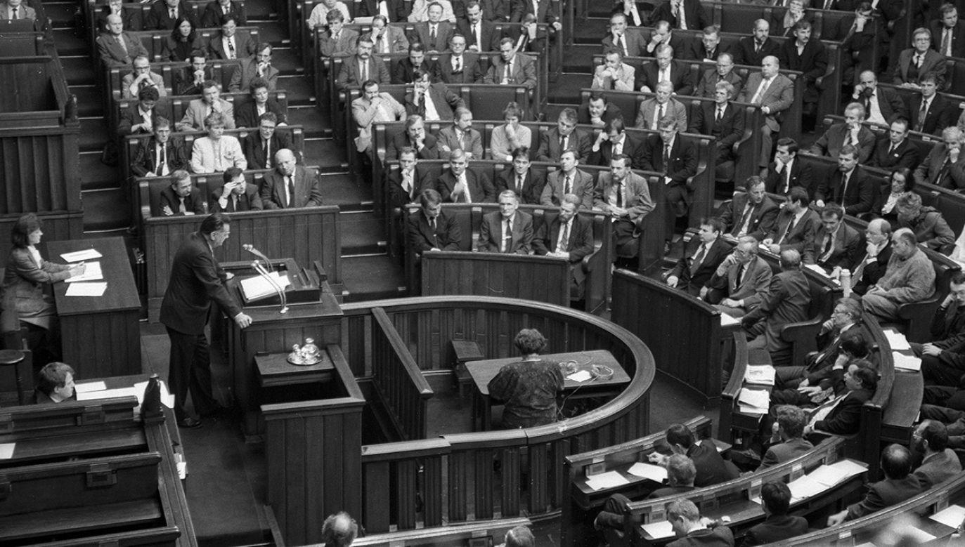 Warszawa, 23.12.1991. Głosowanie nad wyborem nowego rządu Jana Olszewskiego (fot. arch. PAP/Ireneusz Radkiewicz)