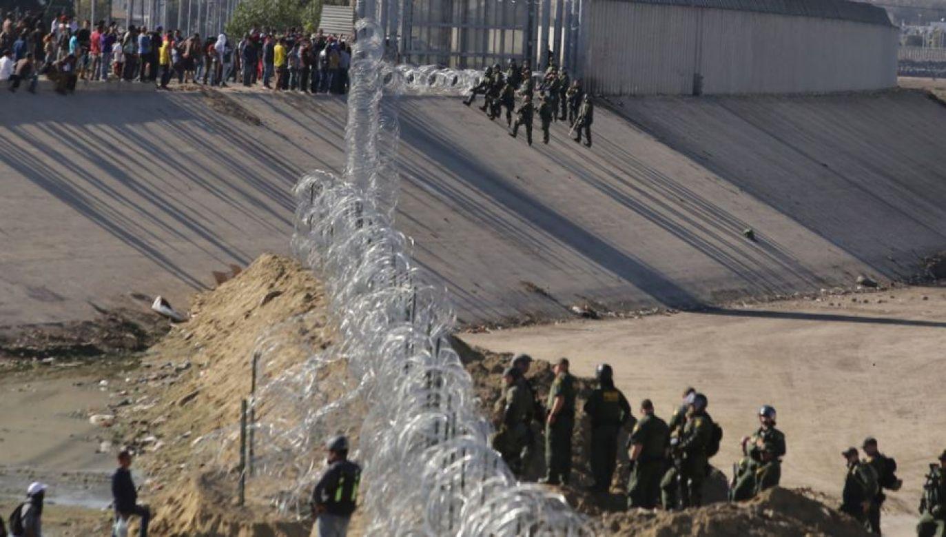 Obecnie na granicy stacjonuje ponad 2 tys. żołnierzy (fot. PAP/EPA/David Guzman)