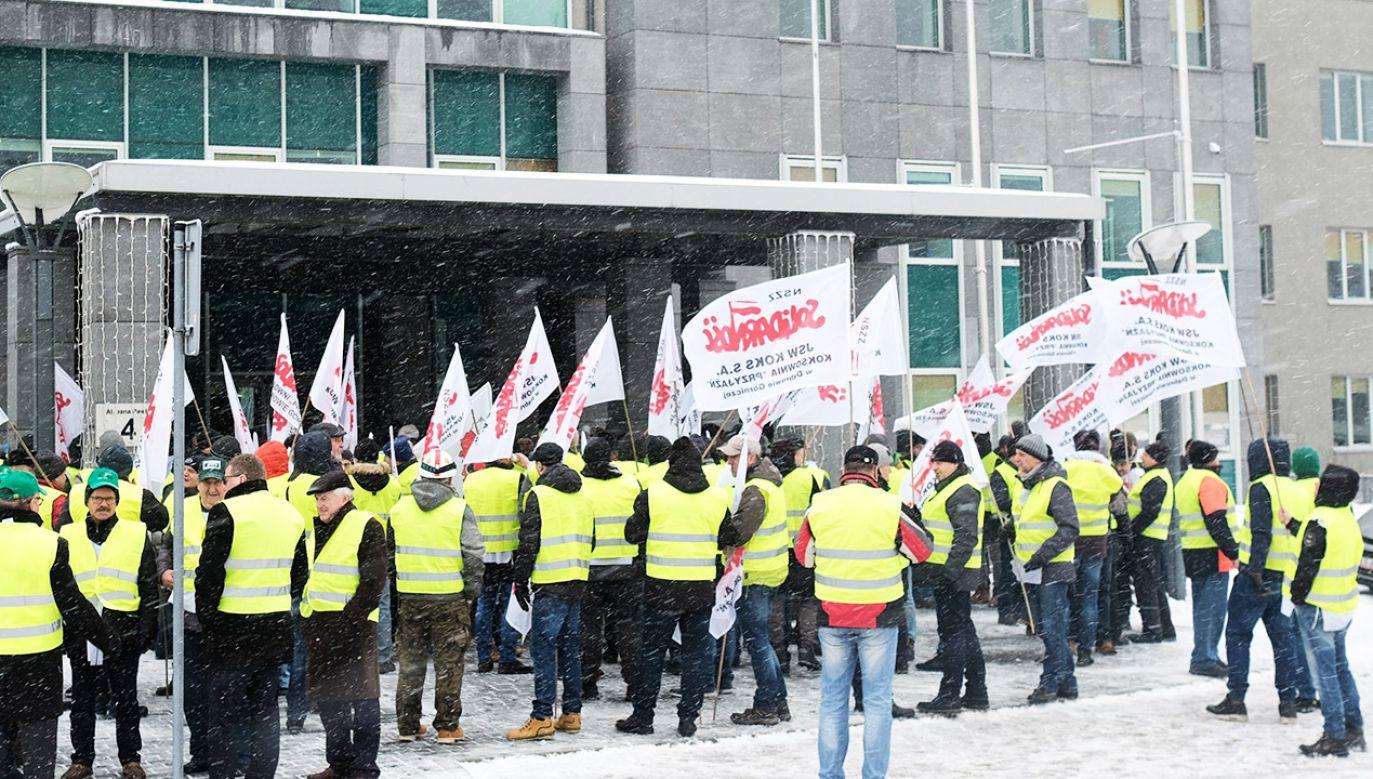 Manifestacja związkowców przed budynkiem Jastrzębskiej Spółki Węglowej (fot. PAP/Andrzej Grygiel)