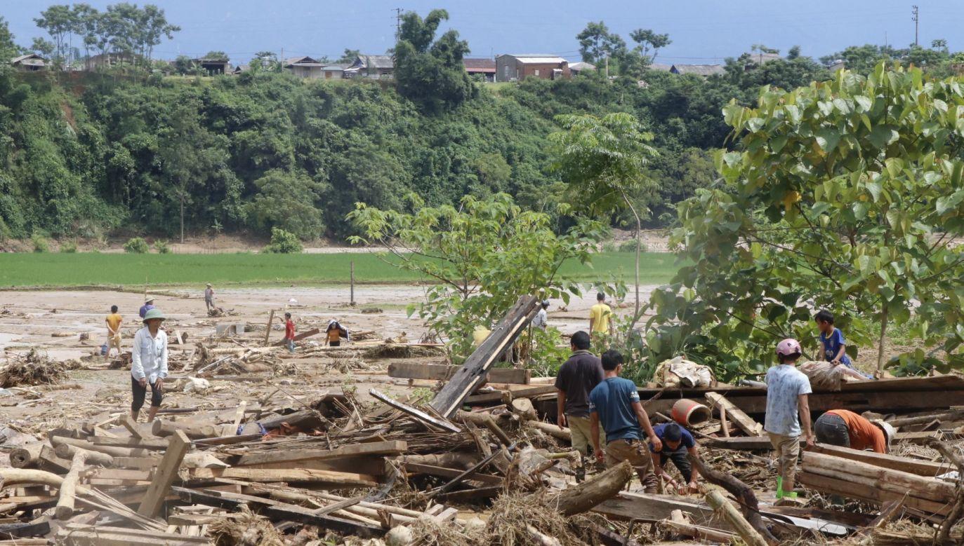 Po przejściu tajfunu Son Tinh doszło do ulewnych opadów i powodowanych przez nie powodzi i osunięć ziemi (fot. PAP/EPA/STR)