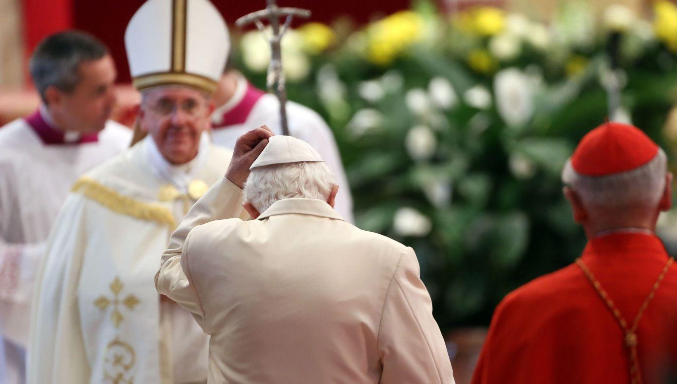"""Papież-senior (C, tyłem) wysłał opinię na temat publikacji serii tekstów """"Teologia papieża Franciszka"""" (2L) (fot. Franco Origlia/Getty Images)"""