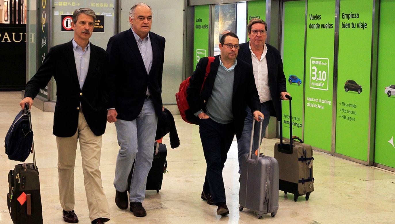 Szef delegacji PE Esteban Gonzalez Pons i jej członkowie na lotnisku w Madrycie (fot. PAP/EPA/NICO RODRIGUEZ)