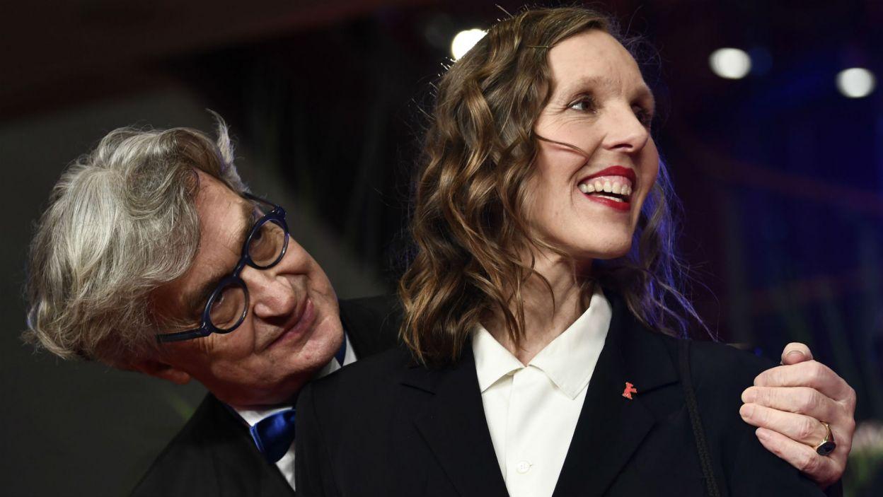 Festiwal Berlinale jak co roku przyciąga gwiazdy. Reżyser Wim Wenders z żoną Donatą (fot. PAP/EPA/FILIP SINGER)