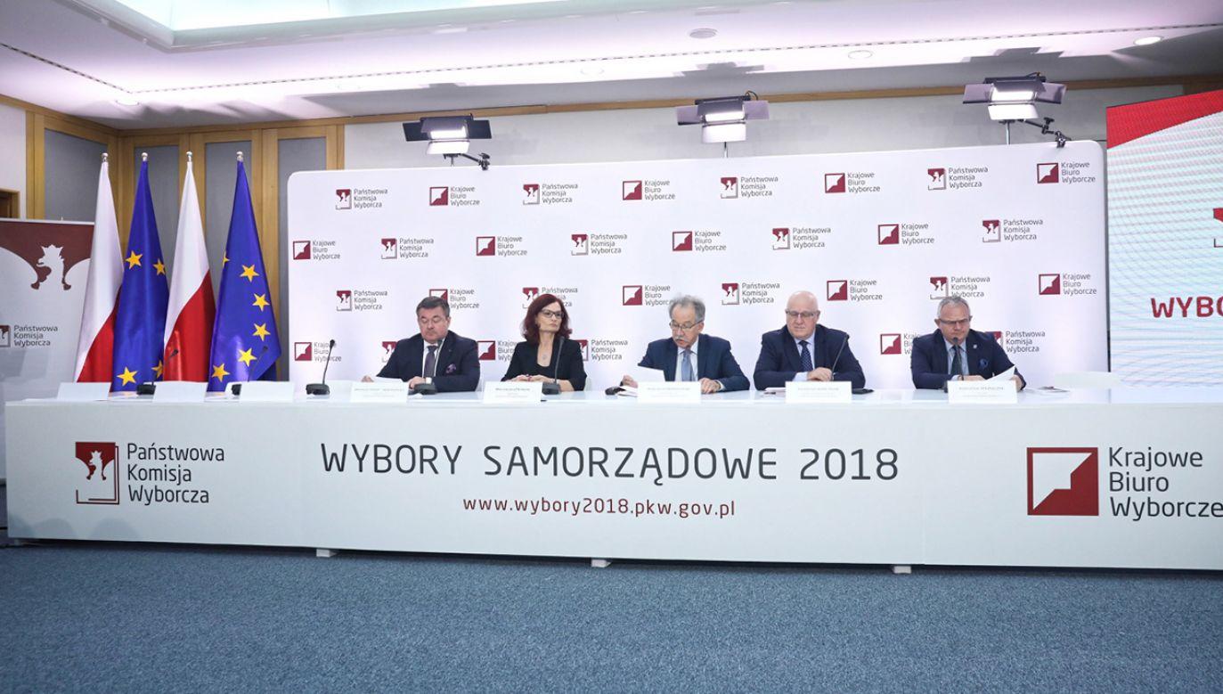 PKW nie podała godziny spłynięcia wszystkich protokołów i ogłoszenia oficjalnych wyników wyborów (fot. PAP/Tomasz Gzell)