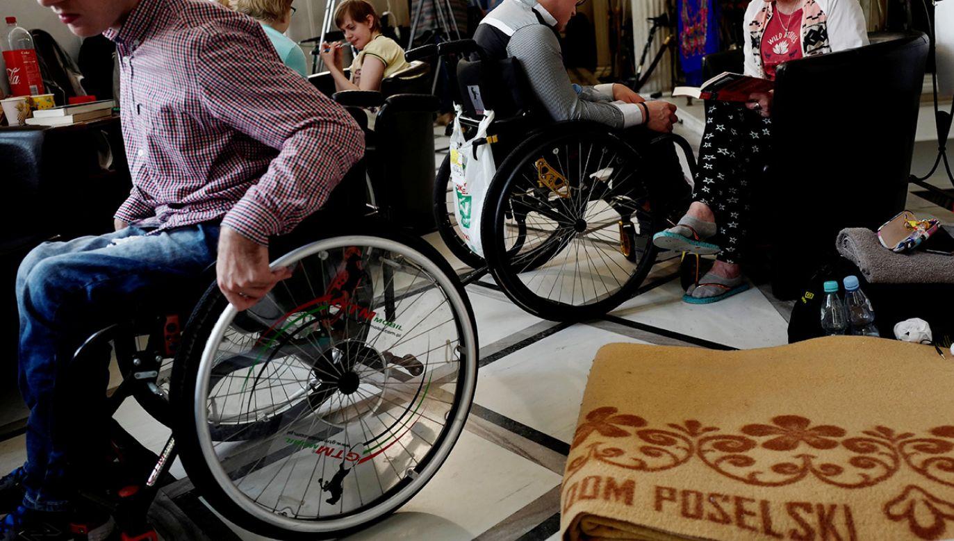 Protest niepełnosprawnych i ich opiekunów, w budynku Parlamentu w Warszawie (fot. REUTERS/Kacper Pempel)