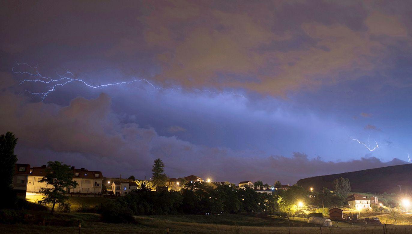 Ulewom mogą towarzyszyć burze (fot. PAP/EPA/Pedro Puente Hoyos)