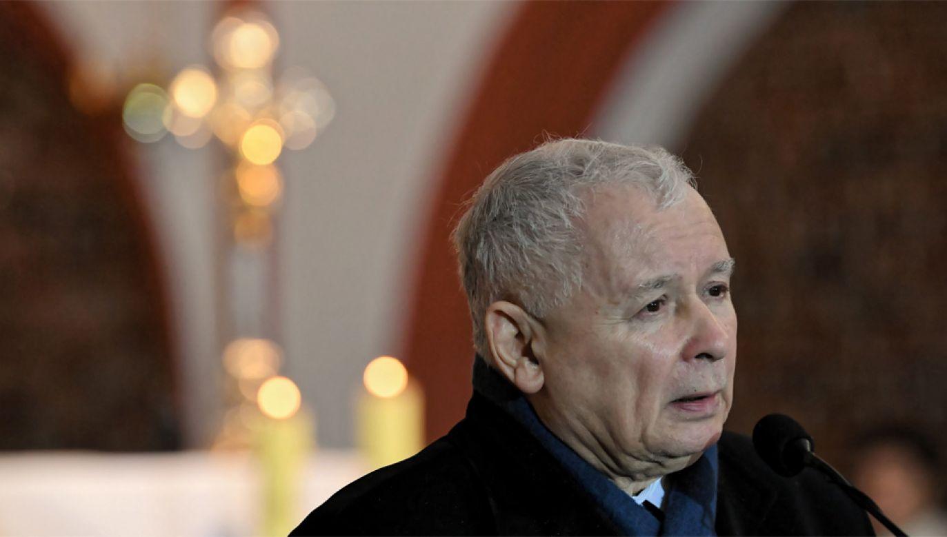 Jarosław Kaczyński 18 dnia każdego miesiąca udaje się na grób brata (fot. PAP/Adam Warżawa)