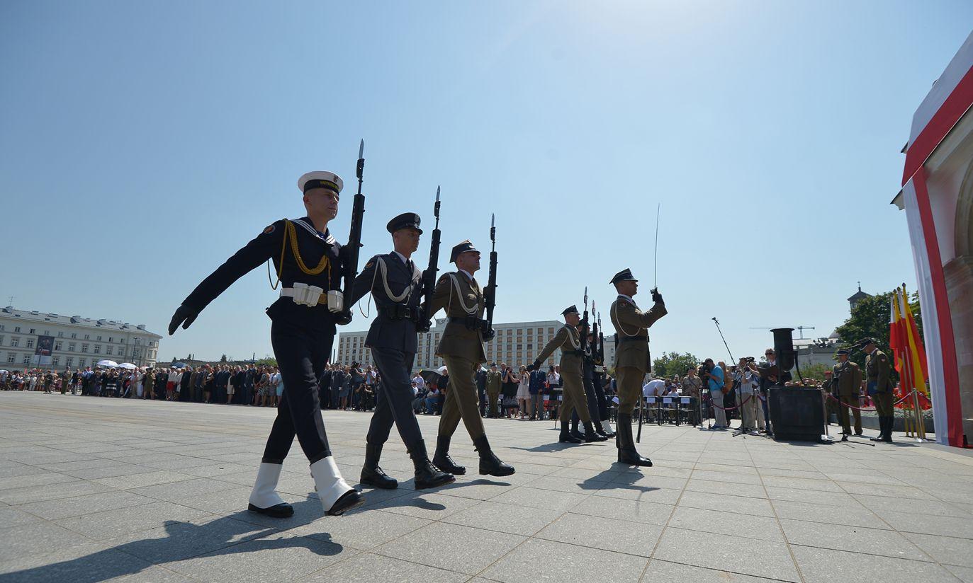 Uroczysta zmiana posterunku honorowego przed Grobem Nieznanego Żołnierza (fot. PAP/Marcin Obara)