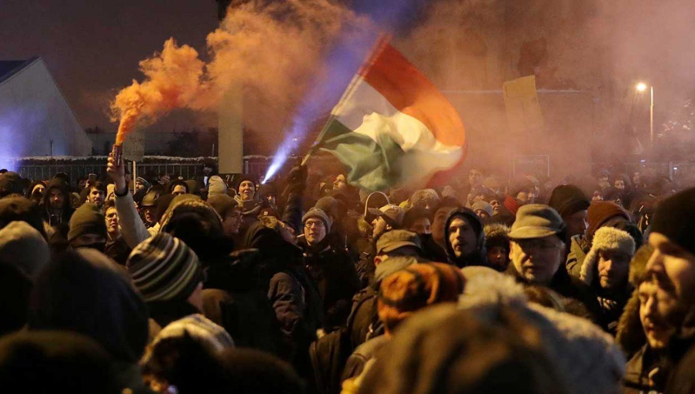 Demonstracje przed siedzibą państwowego radia i telewizji w Budapeszcie (fot. REUTERS/Marko Djurica)