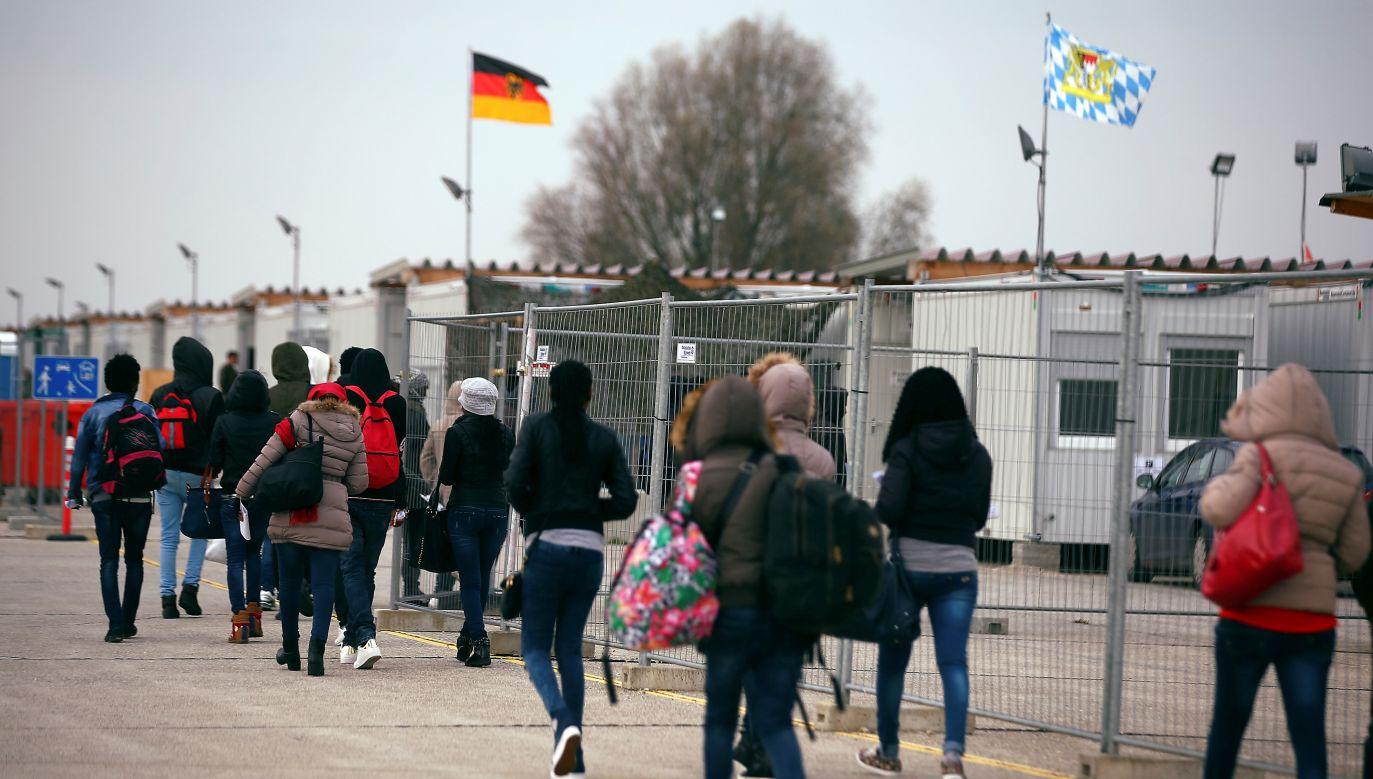 Liczba migrantów przybywająca do Europy spadła w 2018 roku (fot. REUTERS/Michael Dalder)
