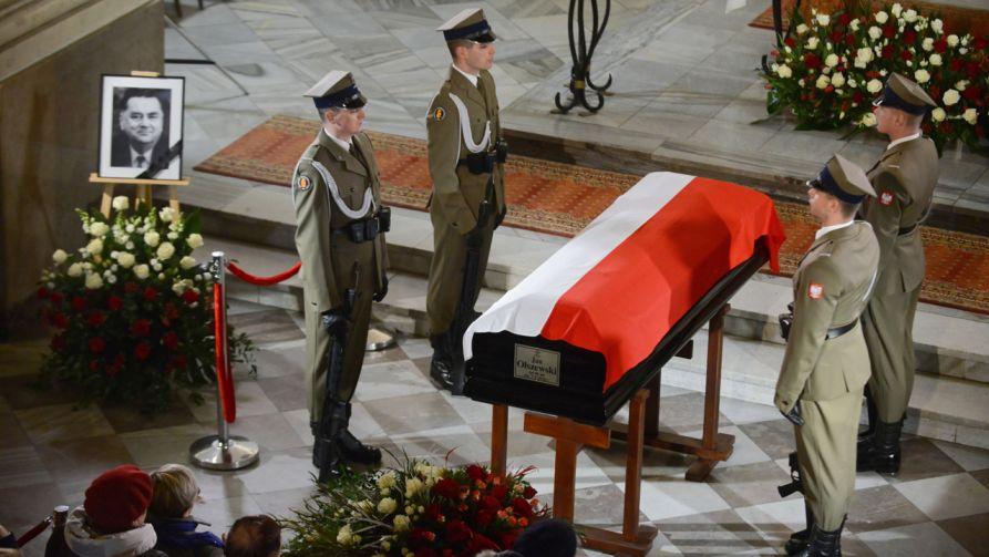 Czuwanie i modlitwy przy trumnie z ciałem byłego premiera Jana Olszewskiego (fot. PAP/Jakub Kamiński)
