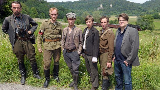 Ludzie z opaskami AK wyglądają na filmie jak banda – mówi mec. Brzozowska-Pasieka (fot. ZDF)