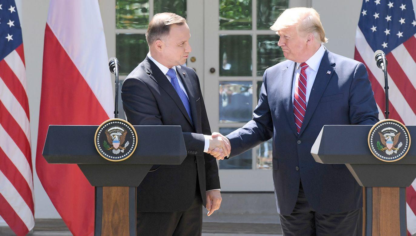 Donald Trump (P) oraz prezydent RP Andrzej Duda (L) podczas spotkania z przedstawicielami mediów (fot. PAP/Radek Pietruszka)
