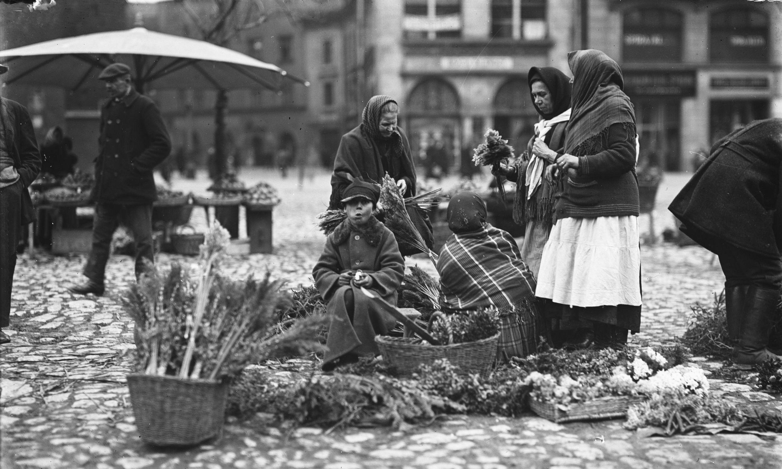 Kobiety sprzedające palmy wielkanocne i rośliny suszone w Krakowie, kwiecień 1927. Fot. NAC/IKC, sygn. 1-G-5644-1