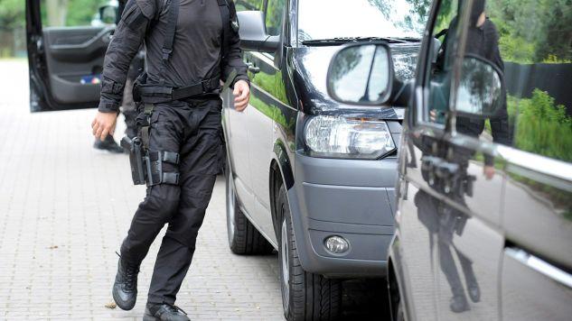Agenci CBA weszli do biura KNF, by zabezpieczyć materiały dowodowe (fot. arch. PAP/Bartłomiej Zborowski)