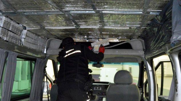 Samochód  był wypełniony kontrabandą (fot. Krajowa Administracja Skarbowa)