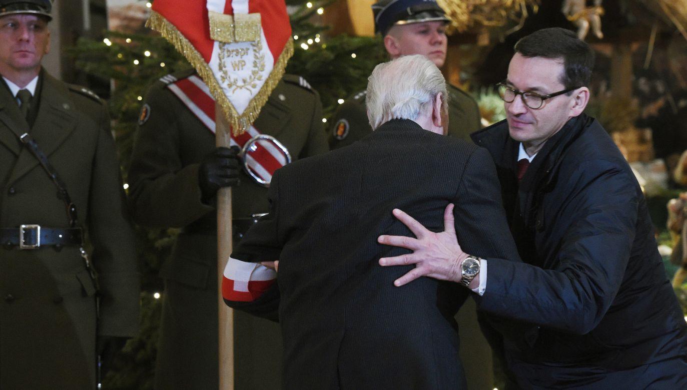 Premier Mateusz Morawiecki  podtrzymuje przewracającego się kombatanta na uroczystej mszy świętej w Katedrze Polowej Wojska Polskiego podczas obchodów 155. rocznicy Powstania Styczniowego, 22 bm. w Warszawie (fot.PAP/Radek)