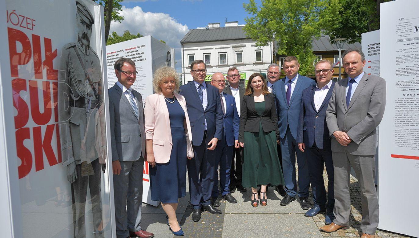 Uroczyste otwarcie wystawy na rynku Mariackim w Węgrowie.  (fot. PAP/Przemysław Piątkowski)