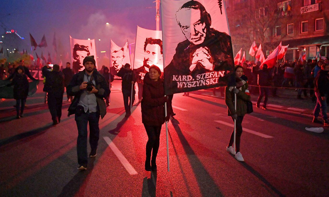 Uczestnicy marszu, zorganizowanego przez Stowarzyszenie Marsz Niepodległości, idą ulicami Warszawy (fot. PAP/Radek Pietruszka)