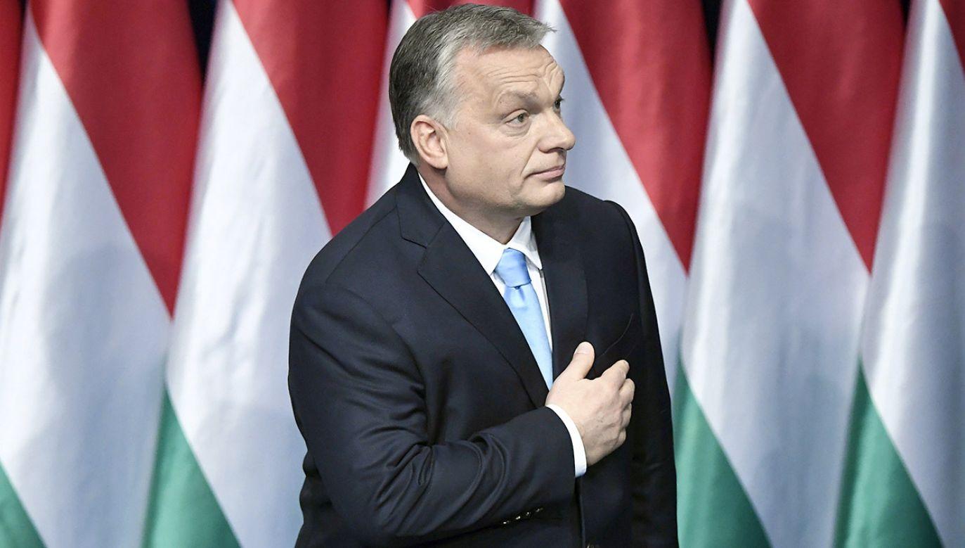 """Bruksela zarzuca rządowi Viktora Orbána przedstawianie w kampanii informacyjnej """"alternatywnych faktów"""" (fot. PAP/EPA/SZILARD KOSZTICSAK)"""