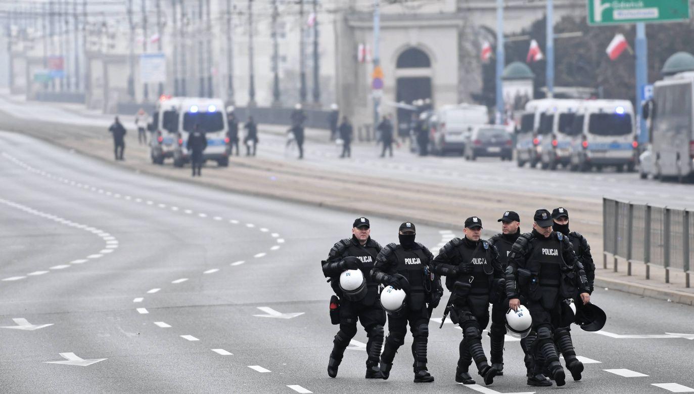 11 listopada w Warszawie policjanci zabezpieczali zgromadzenia (fot. arch. PAP/Jacek Turczyk)