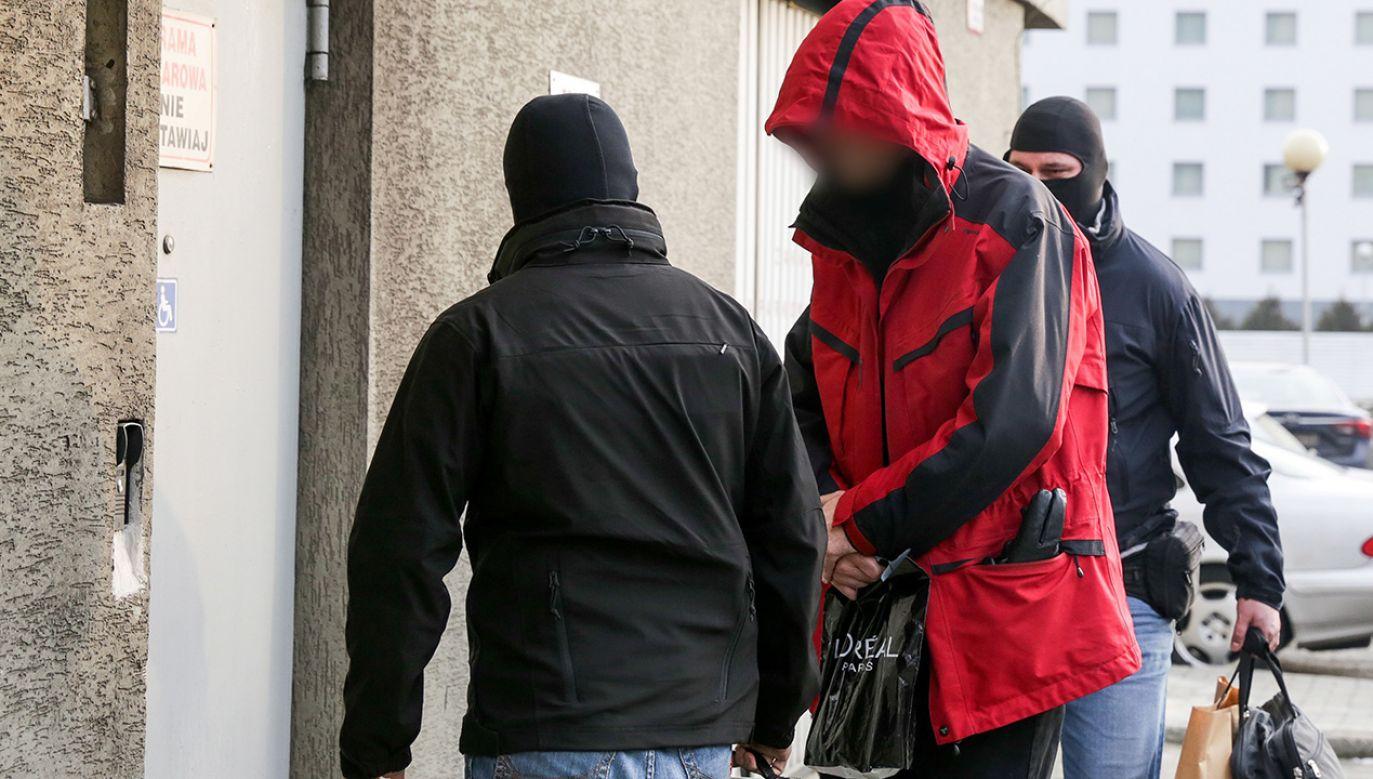 Jeden z podejrzanych (C) w sprawie prywatyzacji Ciechu doprowadzany do prokuratury w Katowicach  (fot. PAP/Dominik Gajda)