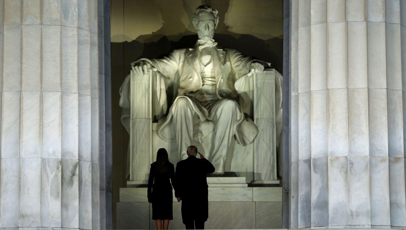 Donald Trump salutuje przed pomnikiem Abrahama Lincolna. Wraz  z żoną Melanią przed koncertem