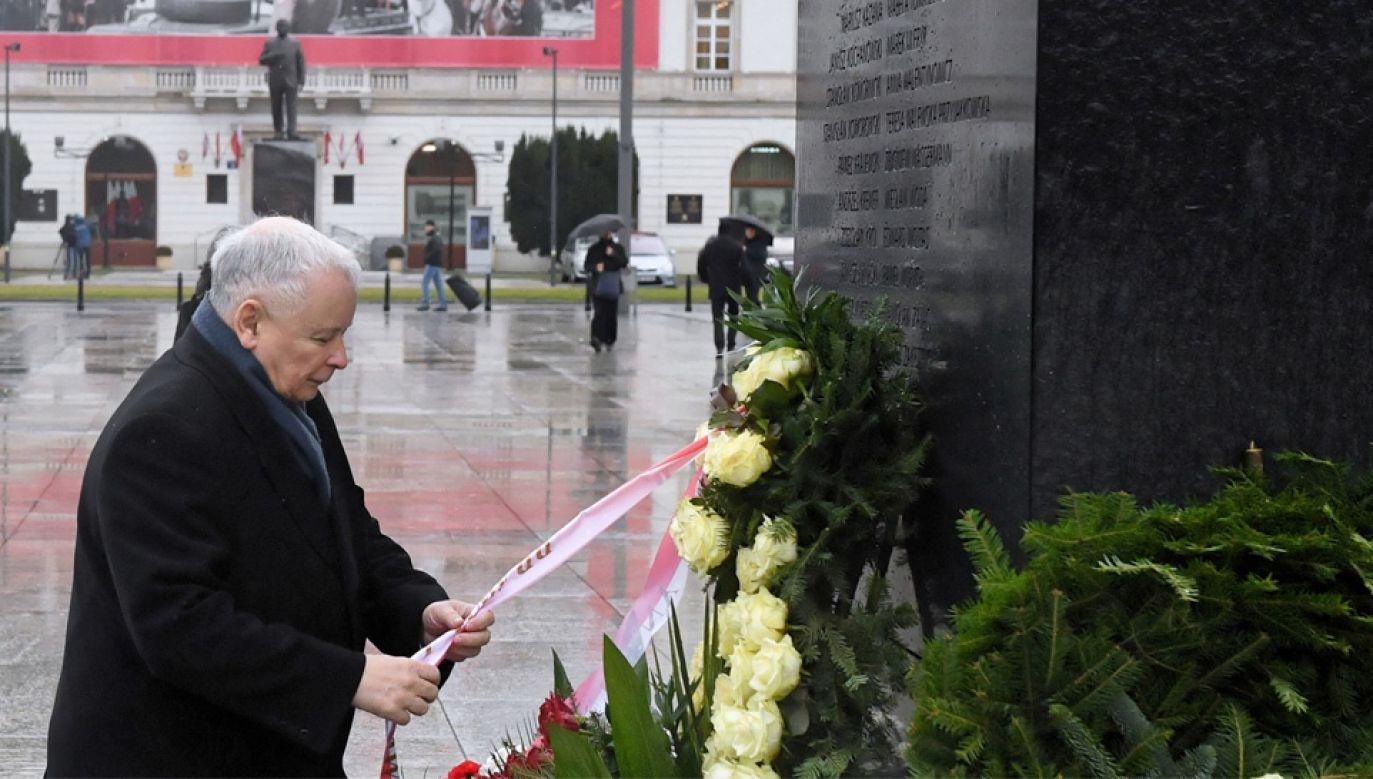 Prezes PiS Jarosław Kaczyński złożył kwiaty przed Pomnikiem Ofiar Tragedii Smoleńskiej 2010 r. (fot. PAP/Radek Pietruszka)