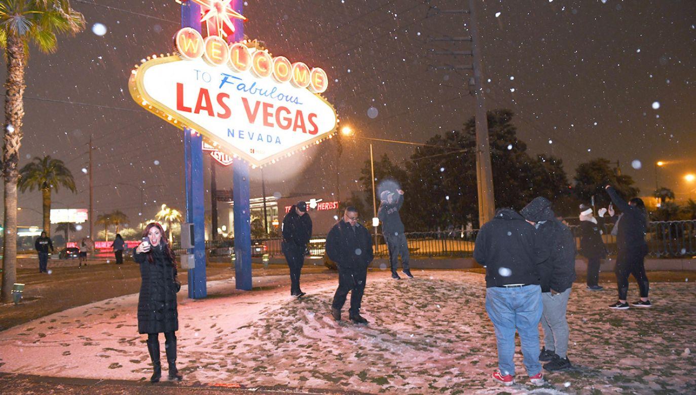 """Pod słynnym znakiem """"Welcome to Las Vegas"""" ludzie ulepili bałwana (fot. PAP/EPA/SAM MORRIS / LAS VEGAS NEWS BUREAU HANDOUT)"""