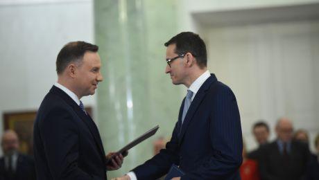 Prezydent Andrzej Duda wręcza akt powołania na stanowisko prezesa Rady Ministrów Mateuszowi Morawieckiemu. fot. PAP/Radek Pietruszka