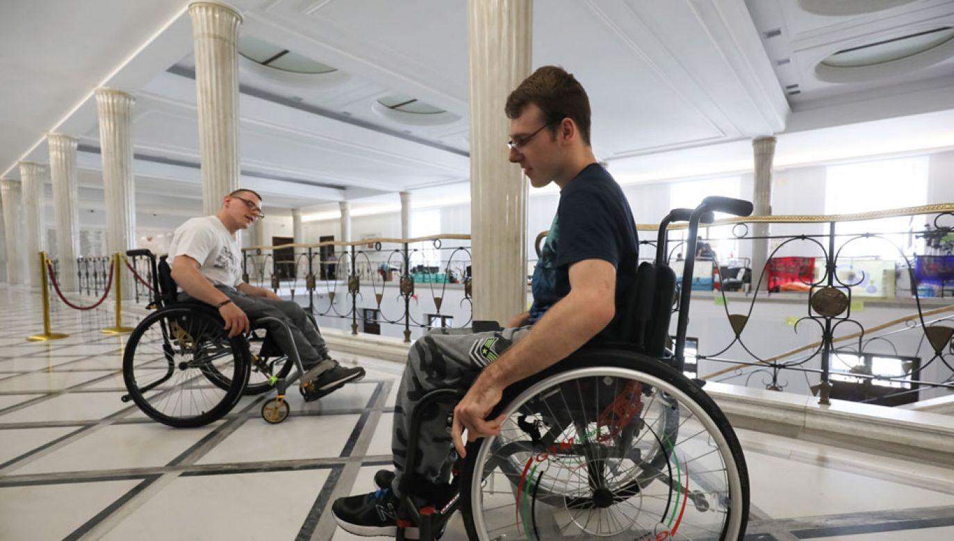 Protest opiekunów osób niepełnosprawnych i ich podopiecznych trwa od 18 kwietnia (fot. PAP/Paweł Supernak)