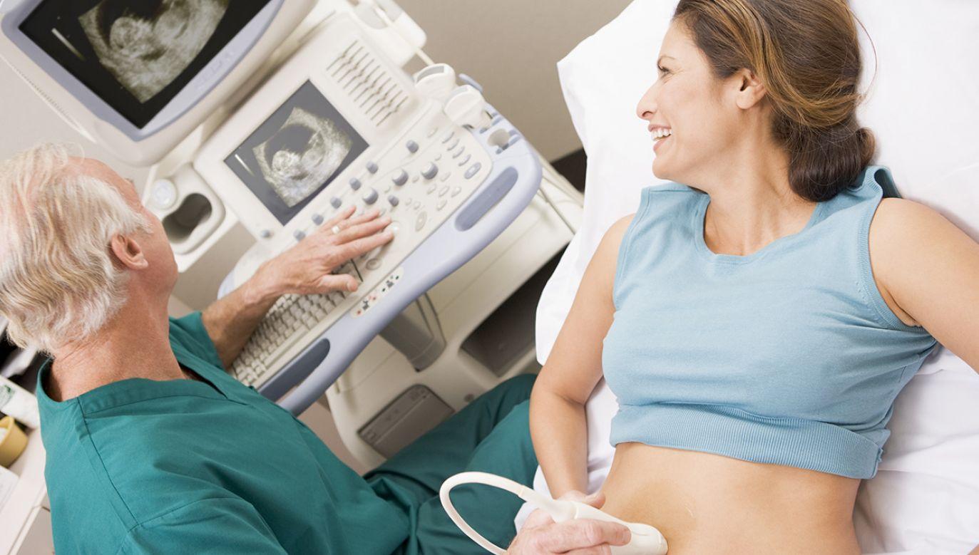 Autorzy komunikatu przekonują, że 50-latka to jak 40-latka, jeśli chodzi o wiek matki w trakcie porodu (fot. Shutterstock/Monkey Business Images)