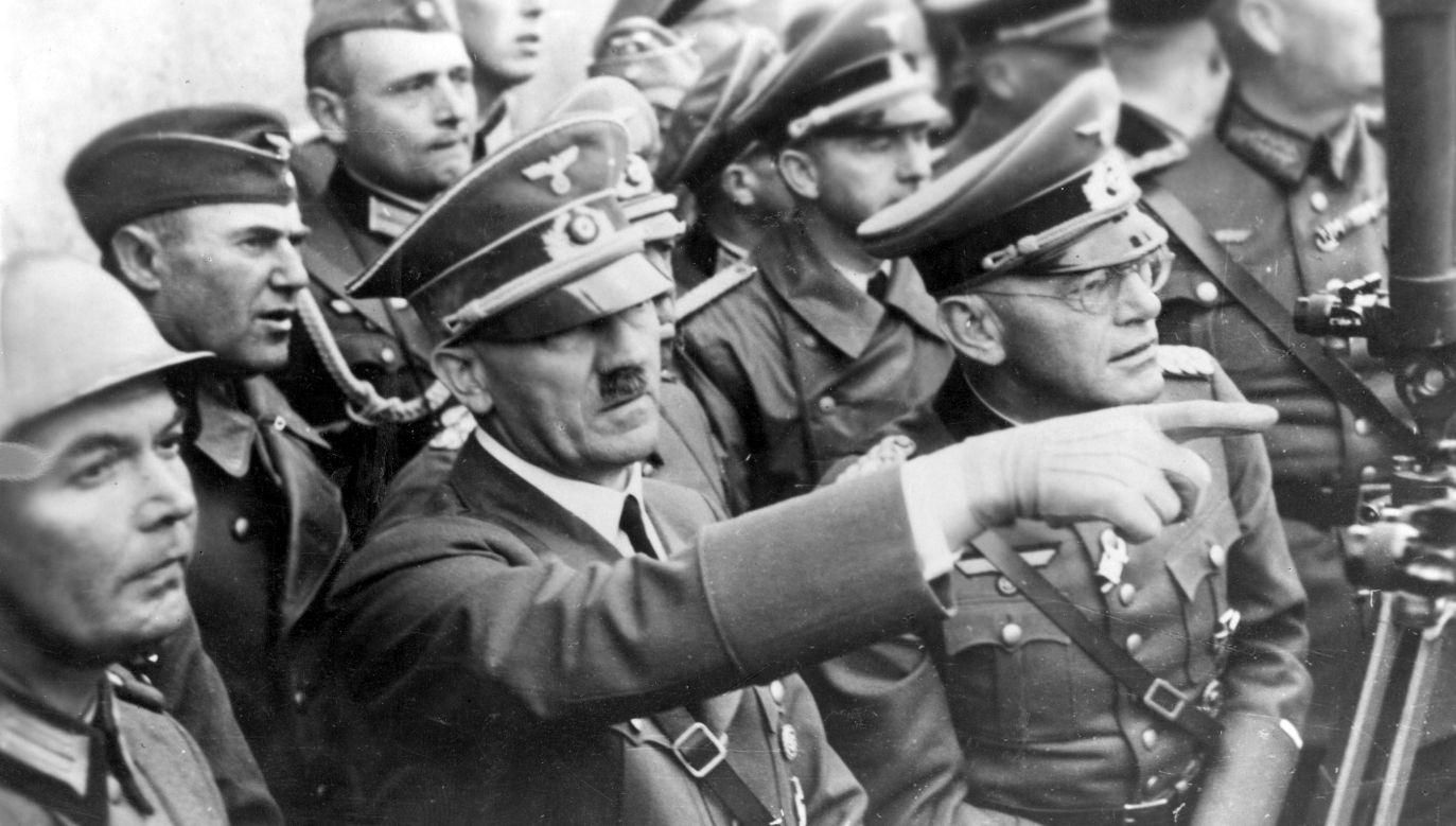 Adolf Hitler wśród żołnierzy podczas walk o Warszawę, wrzesień 1939 r. Fot. NAC/Rutkowski, Wydawnictwo Prasowe Kraków-Warszawa, sygnatura: 2-10