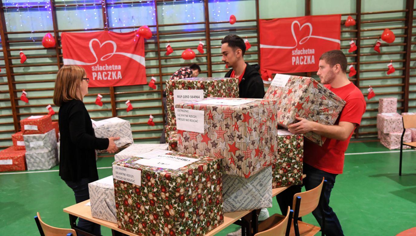 W ramach akcji darczyńcy odpowiadają na potrzeby konkretnych osób (fot. PAP/Jacek Bednarczyk)