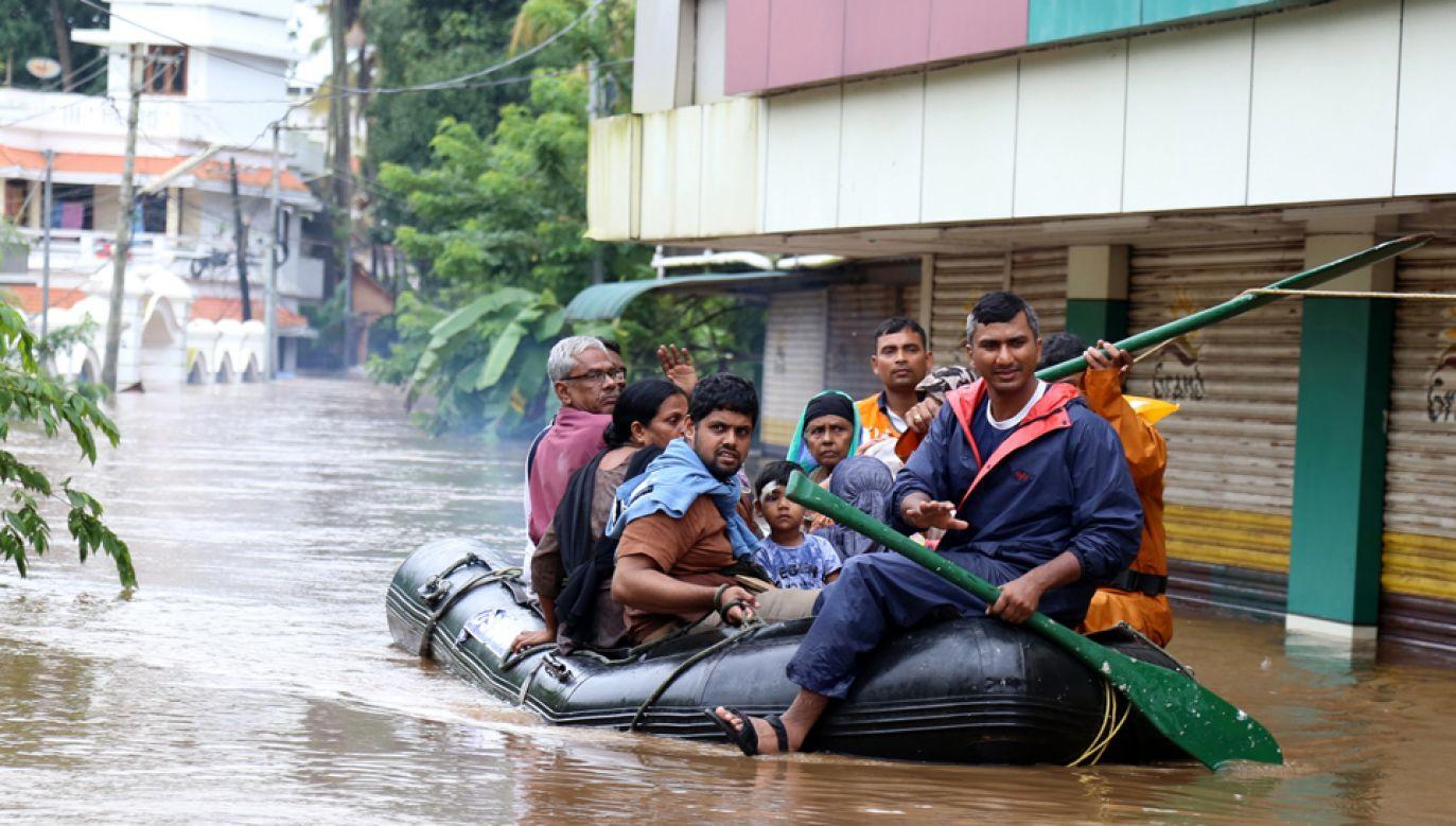 W powodziach w Indiach zginęło ponad 300 osob (fot. EPA/PRAKASH ELAMAKKARA)