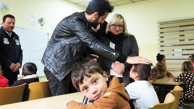 Minister Kempa (P) w jednej ze szkolnych klas w ośrodku w Chanke, 10 bm. Minister ds. pomocy humanitarnej Beata Kempa odwiedziła w poniedziałek ośrodek dla kobiet i sierot jezydzkich w Chanke w Regionie Kurdystanu w Iraku (fot. PAP/Witold Repetowicz)