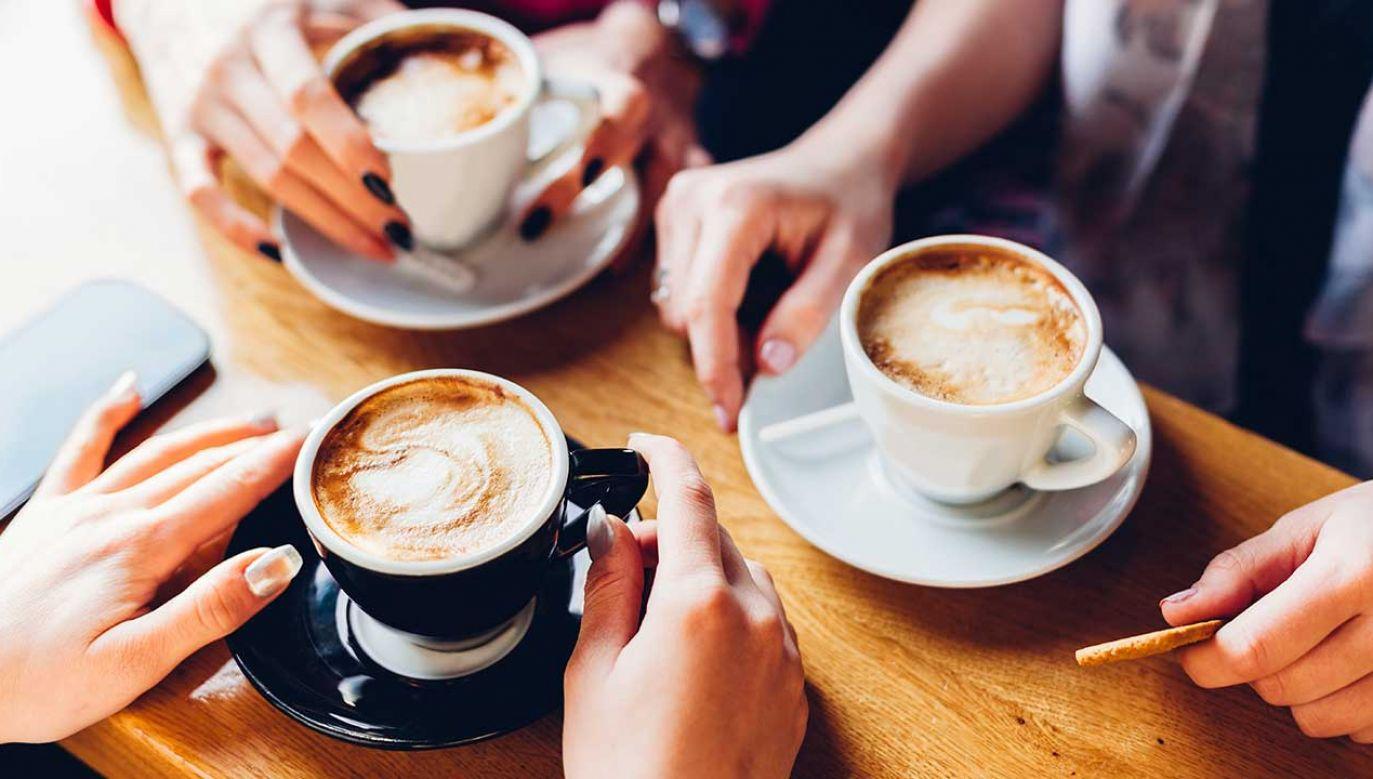 Polacy nie żałują pieniędzy na kawę, piją tę wysokiej jakości (fot. Shutterstock/kikovic)