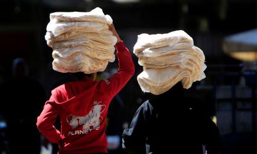 Dzieci niosące chleb w Damaszku. Syria, 24 kwietnia 2018 r. Fot. REUTERS / Ali Hashisho
