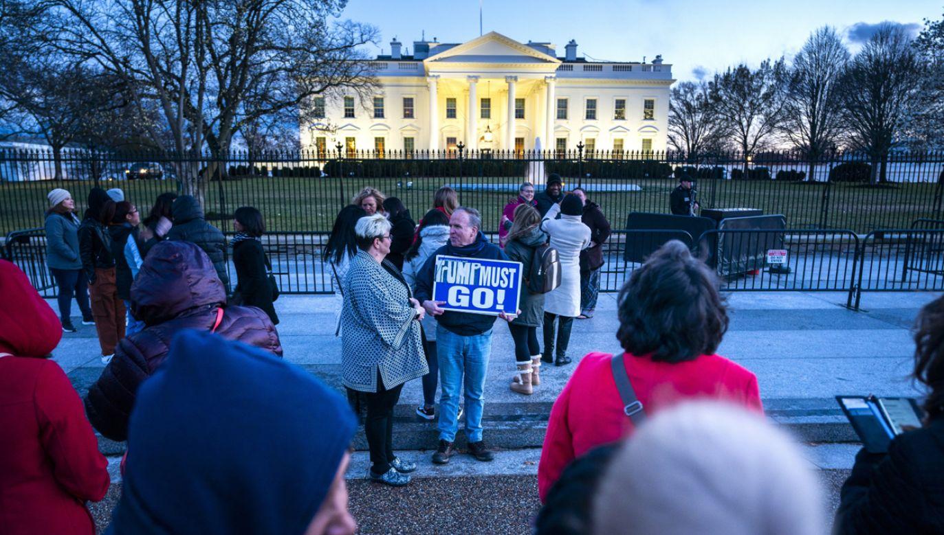 Ludzie gromadzą się przed Białym Domem po tym, jak Robert Mueller wydał swój raport Departamentowi Sprawiedliwości (fot. PAP/EPA/JIM LO SCALZO)