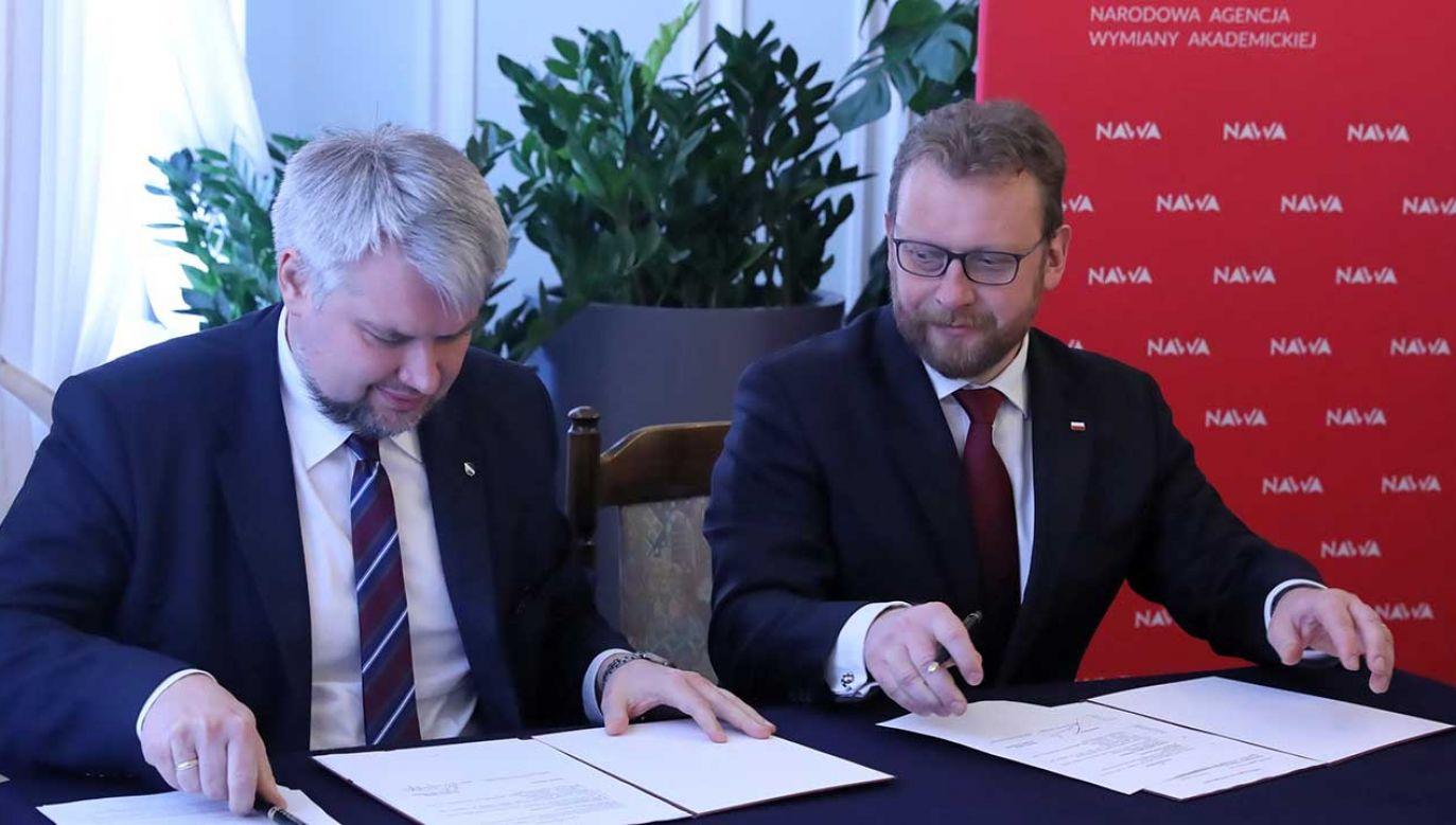 Umowę podpisali szef resortu zdrowia Łukasz Szumowski i dyrektor NAWA Łukasz Wojdyga (fot. arch. PAP/Tomasz Gzell)