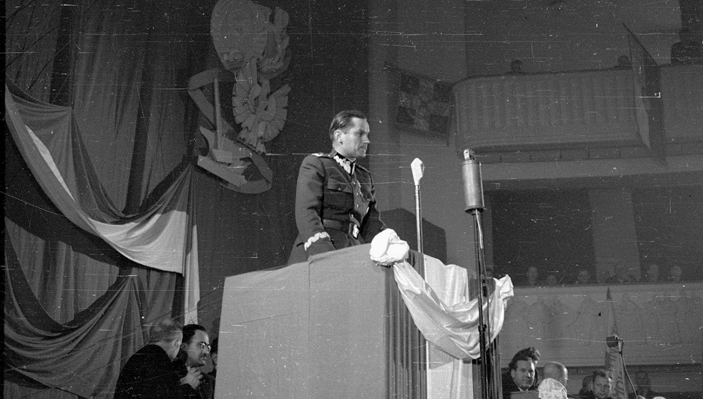 Pierwszy dzień dwudniowego kongresu Towarzystwa Przyjaźni Polsko-Radzieckiej w sali teatru Roma. Przemówienie wiceministra obrony narodowej gen. Piotra Jaroszewicza (fot. arch. PAP)