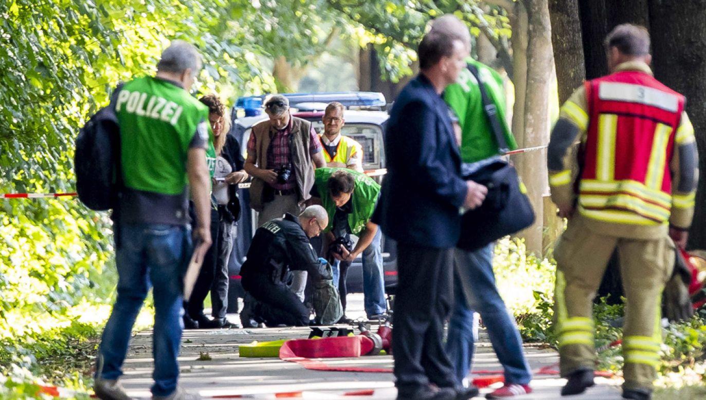 Policyjni pirotechnicy sprawdzają bagaż napastnika, który zaatakował nożem kuchennym pasażerów w podmiejskim autobusie(fot. PAP/EPA/CHRISTIAN SCHAFFRATH)